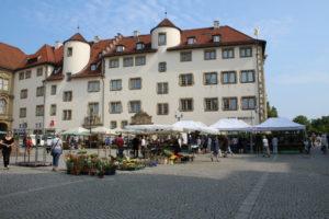 Markt samstags an der Stiftskirche