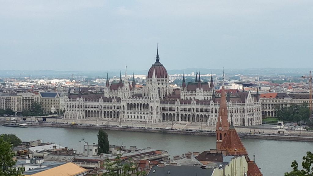 Blick von der Fischerbastei über die Donau auf das Parlament