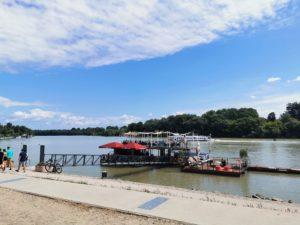 Das Ufer in Szentendre im Sommer genießen